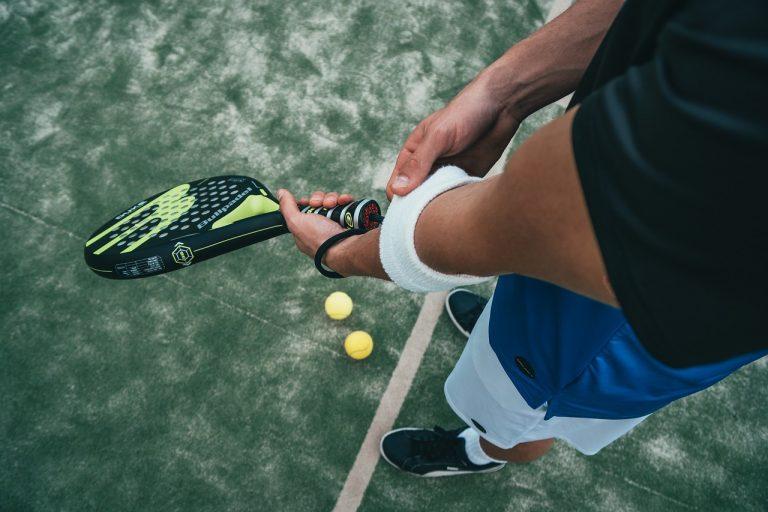 Vestuario y accesorios para hombre en tenis. Pantalones, raquetas, polos, etc...