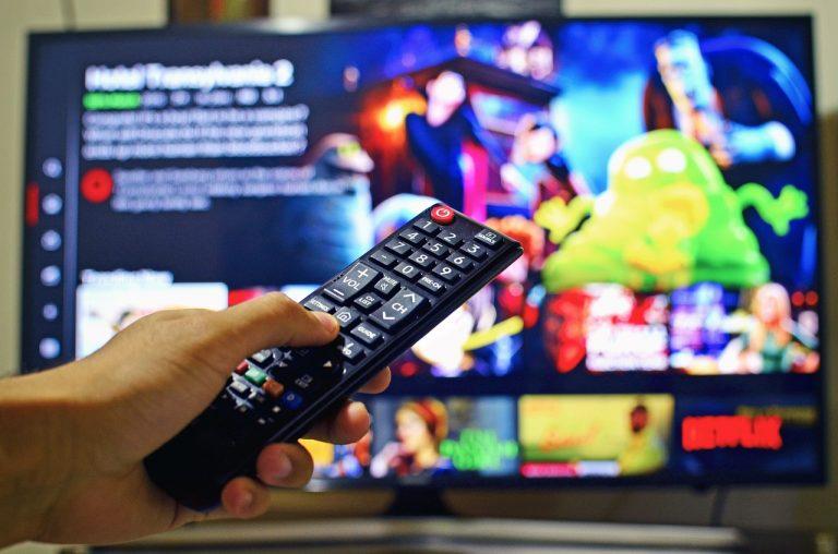 Ocios habituales en España ver la televisión.